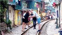 Khách Tây thách thức tử thần với cafe 'xóm đường tàu' Hà Nội