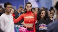 Siêu mẫu Hà Anh diện trang phục táo bạo, trổ tài catwalk khiến người mẫu trẻ trầm trồ