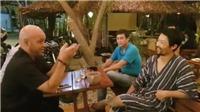 Clip: Johnny Trí Nguyễn mặc áo ngủ đàm đạo võ thuật với võ sư Flores