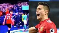 Ander Herrera gây sốc khi nhổ nước bọt vào huy hiệu của Man City ở trận derby Manchester