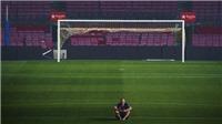 Khoảnh khắc Iniesta đi chân đất, ngồi một mình selfie ở Camp Nou lúc 1h sáng gây sốt