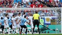 Luis Suarez làm tung lưới Nga với pha đá phạt tinh quái