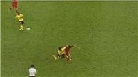 Cầu thủ Malaysia đấm Văn Hậu từ phía sau, ngay trước mắt trọng tài biên