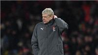 Thua đau Man City, Wenger tức tốc mở cuộc thẩm tra ngay trong phòng thay đồ