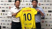 Báo Hàn thất vọng khi Lee Seung Woo trở thành đồng đội của Công Phượng