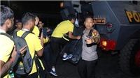 CẬN CẢNH cầu thủ Malaysia lên xe bọc thép, rời sân Bung Karno trong sợ hãi