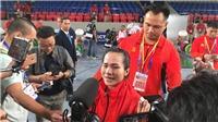 Lực sĩ Vương Thị Huyền bật khóc vì nhớ cha mẹ sau khi giành HCV SEA Games