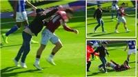 SỐC: Cầu thủ Aston Villa bị CĐV đấm ngay trên sân nhưng vẫn ghi bàn quyết định