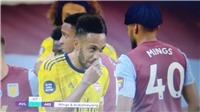 Aubameyang cười đùa với cầu thủ đối phương khiến Arsenal thủng lưới