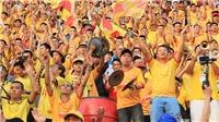 CĐV Nam Định quay lưng, phản đối trưởng ban trọng tài VFF