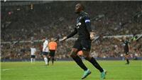 VIDEO: Usain Bolt với số áo đặc biệt đá penalty ghi bàn trên sân của M.U