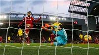 Mohamed Salah... xin lỗi thủ môn Karnezis sau khi ghi 4 bàn vào lưới Watford