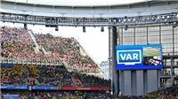 Chicharito chạm tay trong vòng cấm, Mexico vẫn thoát 11m nhờ VAR