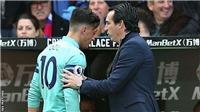 Mesut Oezil bị fan chỉ trích, chuyên gia lên án vì hành động ném găng xấu xí