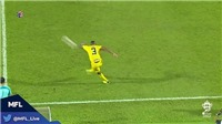 Cựu cầu thủ Premier League gây sốt khi sút phạt thành bàn từ phần sân nhà