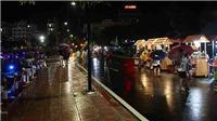 Người Hà Nội đội mưa dạo phố đi bộ Trịnh Công Sơn