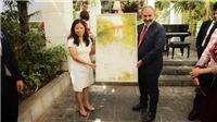 Doanh nhân Phạm Bích Hạnh tặng Thủ tướng Armenia Nikol Pashinyan bức tranh vẽ về Hà Nội
