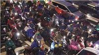 Chùm ảnh: Người dân đội mưa rét, nhích từng mét về quê nghỉ Tết Dương lịch
