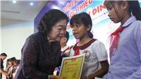 Nguyên Phó Chủ tịch nước Trương Mỹ Hoa trao 110 suất học bổng Vừ A Dính