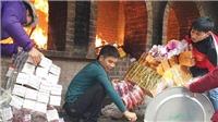 VIDEO: Khó loại bỏ đốt vàng mã ở đền Bà Chúa Kho