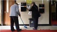 Làm việc tại nhà vệ sinh công cộng cũng phải có bằng đại học