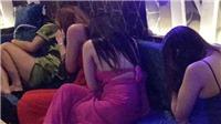 Nhiều nữ tiếp viên múa thoát y phục vụ khách trong nhà hàng Quận 1
