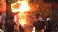 Giải cứu 5 người mắc kẹt trong vụ hỏa hoạn trên phố Trần Hưng Đạo