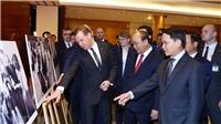 Thủ tướng Nguyễn Xuân Phúc và Thủ tướng Nga Dmitry Medvedev tham quan Trưng bày ảnh 'Việt-Nga: Quan hệ hữu nghị truyền thống và hợp tác toàn diện'