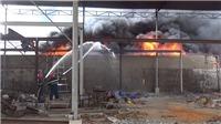 VIDEO: Giải cứu 11 người trong vụ hoả hoạn lớn tại xưởng tái chế nhựa