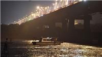 Vụ ô tô lao xuống sông Hồng: Đã tìm thấy 2 người chết