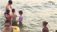 VIDEO: Hiểm nguy từ bãi tắm tự phát Hồ Tây