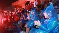 CĐV Việt Nam đội mưa đổ về SVĐ Hàng Đẫy tiếp lửa cho thày trò HLV Park Hang Seo