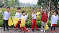 Những hình ảnh đáng yêu về học sinh tiểu học đi nhặt rác ở Hồ Gươm