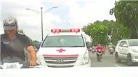 VIDEO: Mải mê bấm điện thoại, xe máy đâm thẳng vào đuôi ô tô