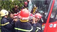 Giải cứu gần 40 hành khách bị kẹt trong xe khách gặp nạn