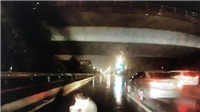 VIDEO: Ô tô đâm trúng người đi bộ đang sang đường