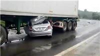 Ô tô lao vào gầm xe đầu kéo trên đường Hồ Chí Minh, 2 người tử vong