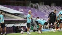 'Messi Thái Lan' cầu nguyện trước khi bước vào sân tập