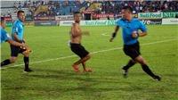 Nam Định 2-3 SLNA: Khán giả nhảy vào sân hành hung trọng tài
