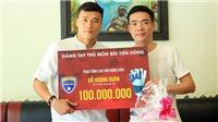 Thủ môn Bùi Tiến Dũng trao tặng 100 triệu cho cơ thủ Đỗ Hoàng Quân