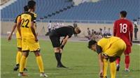 HI HỮU: Trọng tài điều khiển trận Việt Nam vs Brunei chấn thương vì va chạm với cầu thủ
