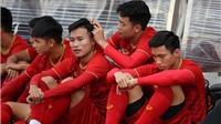 Sao U22 Việt Nam tranh thủ nhổ tóc sâu cho đồng đội trong lúc chờ tập