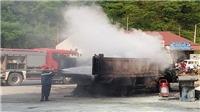 Xe tải bốc cháy ngay tại cây xăng ở Cao Bằng