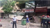 Ngôi nhà 2 tầng đang sửa chữa trên phố Hàng Bông (Hà Nội) bất ngờ đổ sập