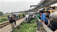 Tàu hỏa kéo lê ô tô 200 mét, 5 người thương vong