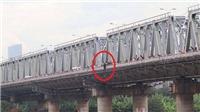 Người phụ nữ 'cố thủ' trên cầu Chương Dương gần 2 tiếng, đòi nhảy cầu