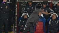 VIDEO: Mourinho vồ ếch trên sân, tìm cách chữa thẹn