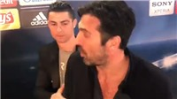 Buffon dừng phỏng vấn để nhận cái ôm hôn và lời động viên từ Ronaldo