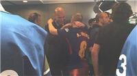 Zidane kiên nhẫn chờ 5 phút trong đường hầm để ôm tạm biệt Iniesta
