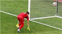 Bàn thua ngớ ngẩn của Muslera: Pepe Reina đổ lỗi cho quả bóng, Neville chỉ trích kịch liệt